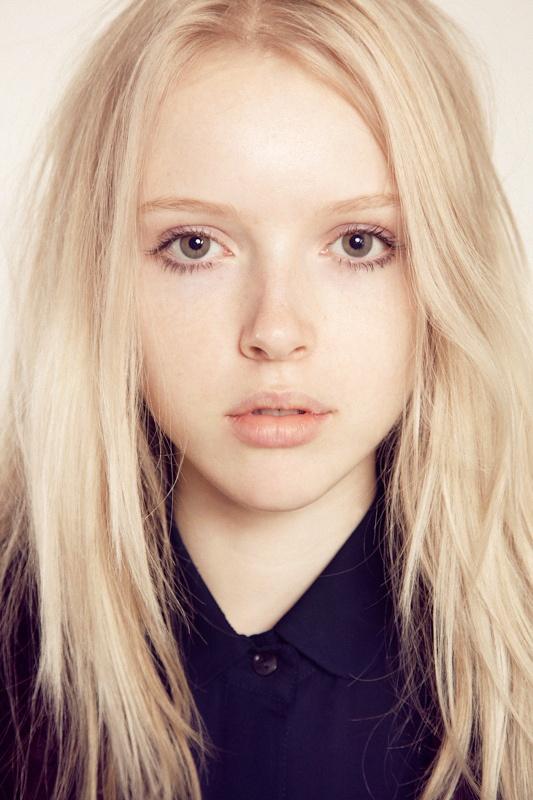 красивая, но бледная девушка-блондинка