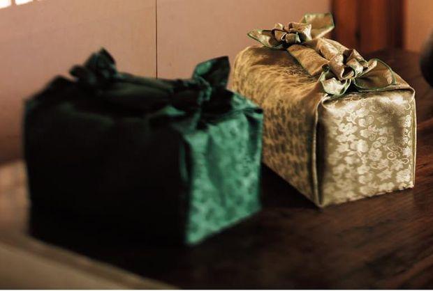 Это способ упаковки в платок боджаги высокого прямоугольного подарка