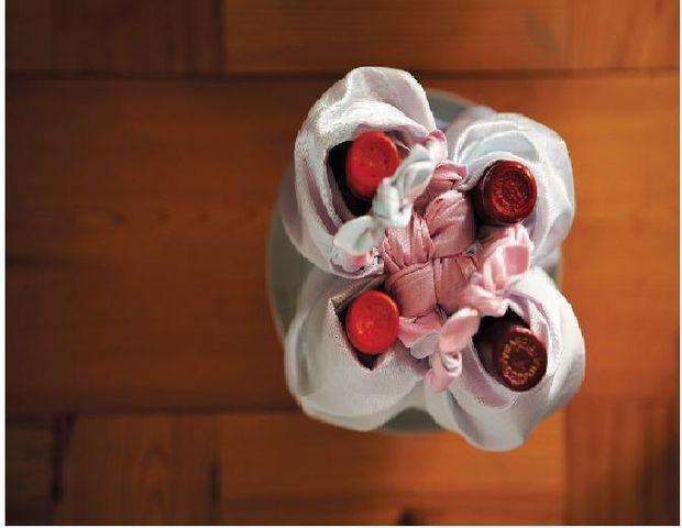 Упаковываем в большой платок боджаги (лучше сразу в 2) одновременно 4 бутылки с алкоголем