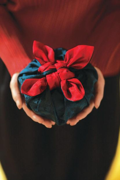 Как упаковывать подарки в боджаги (платок, традиционная корейская техника) - для круглых и цилиндрических подарков