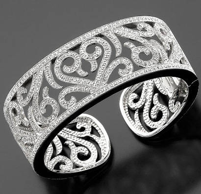 если вы выбрали крупный браслет другого типа, купите еще и браслет-манжет, который легко надевать и снимать
