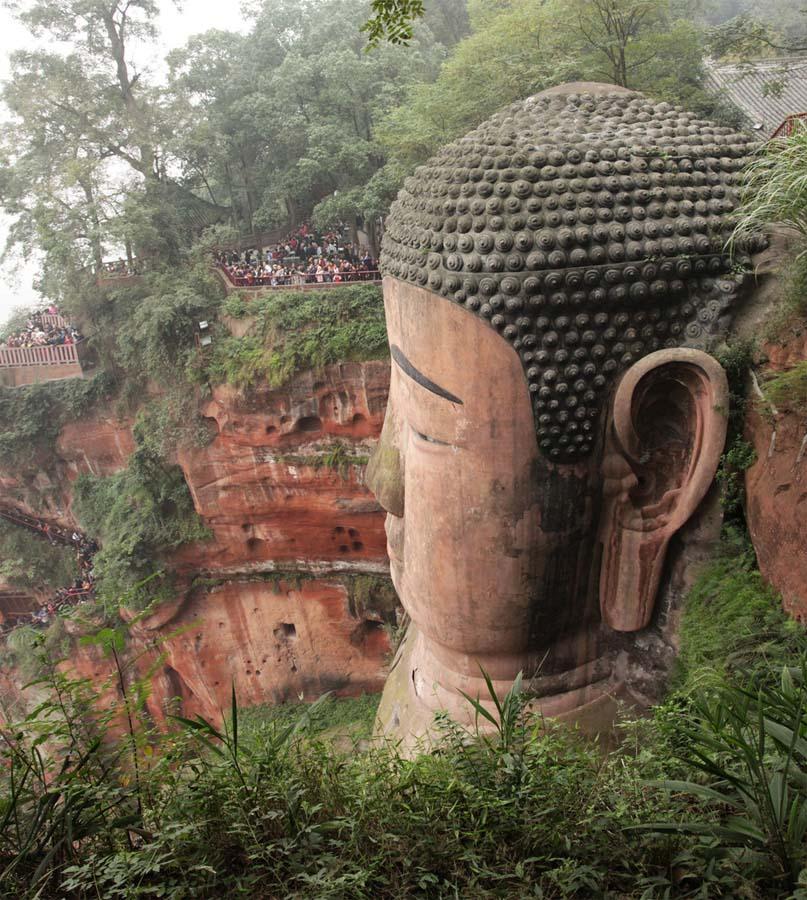 вырезанный в скале гигантский Будда в Лэшане, Тайланд