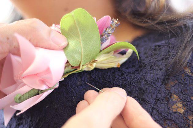 К мужской рубашке или женской блузе бутоньерку прикалывают горизонтально по схеме: в ткань, наружу из ткани, в бутоньерку, наружу из бутоньерки, в ткань и снова из ткани