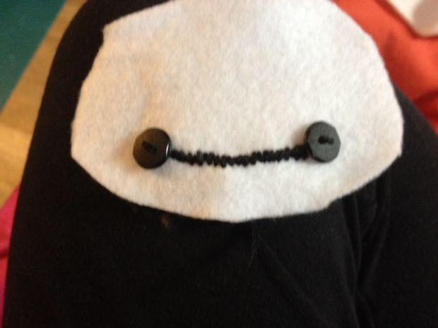 ришейте черные пуговицы на лицевую сторону одной из деталей для головы