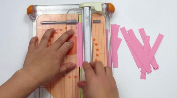 Из всей бумаги более темных оттенков нарежьте полосок