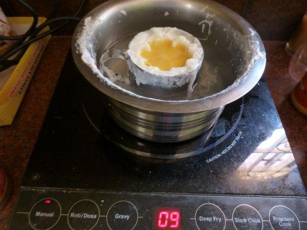 Металлическую же чашку снова ставим в кипящую воду в кастрюльке/ковше на плите опять на 10 минут