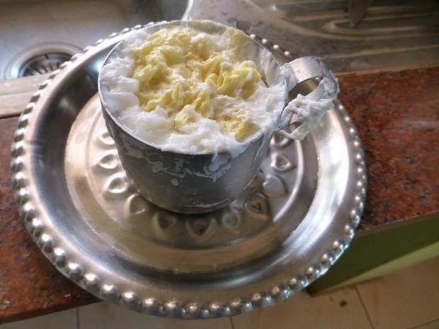 Вытаскиваем чашку с готовым формовым «яйцом» из кастрюли и даем им полностью остыть при комнатной температуре