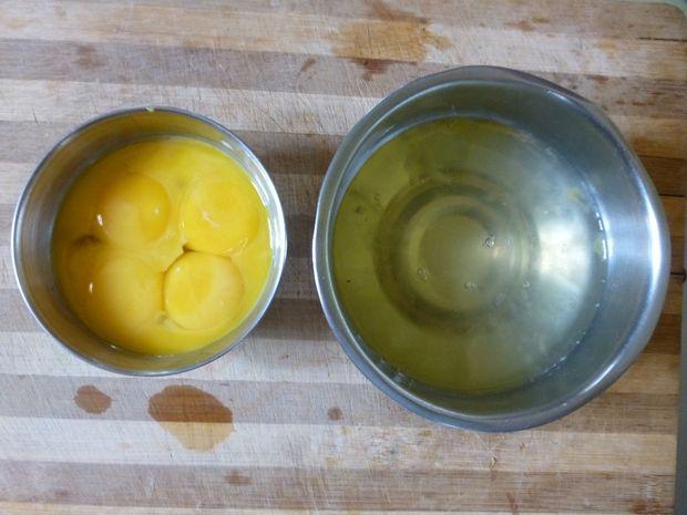 Как обычно, разбейте яйца, но отделите из них белки в одну миску, а желтки в другую