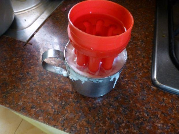Спустя минут 10 (когда белок полностью затвердеет) выньте металлическую чашку из кипящей воды...