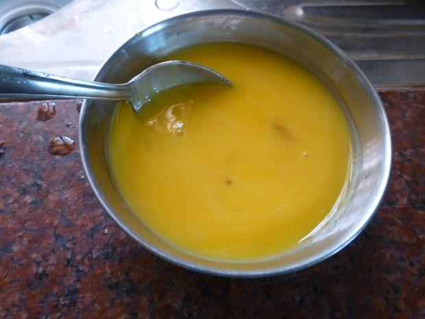 Взболтайте яичные желтки до однородности