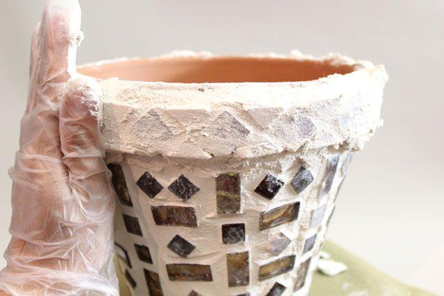 снова переверните цветочный горшок в нормальное положение, распределите цемент по верхнему ободку