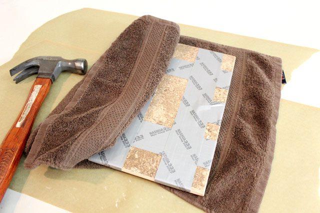 Грамотно разбиваем плитку на кусочки: в липкой ленте и полотенце