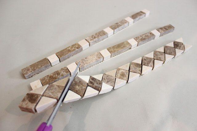 ножницами разрежьте лист на отдельные плитки