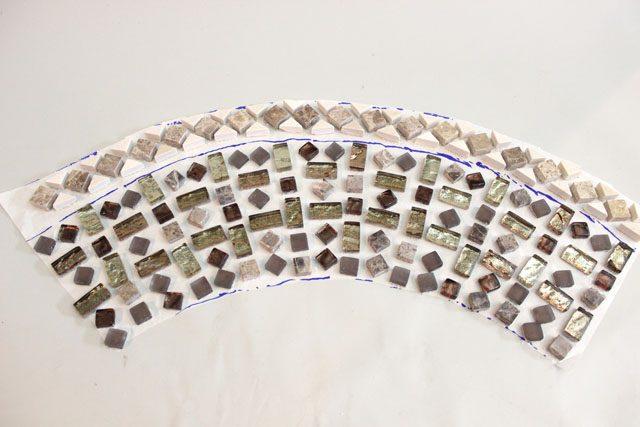 Разложите шаблон на ровной поверхности и придумайте свой дизайн из плитки