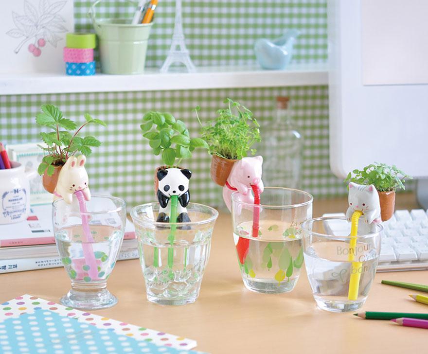 Система самополива от компании Geekfactory для маленьких растений. Звери с трубочками в стаканах и торбами с цветами за спиной.