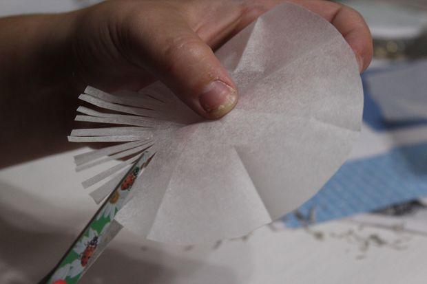 Бахрома – новый слой и новая текстура. Вырезаем круг из бумаги, и далее на нем по всему периметру глубоко режем ножницами бахрому с шириной на ваше усмотрение.