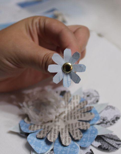 Каждый следующий слой цветка клеим каплей клея в центр предыдущего – размер слоев цветка должен при этом постепенно уменьшаться