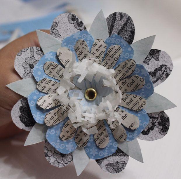 В центр же бахромы можно вклеить еще один, маленький цветок или просто бусину/пуговицу или другой плоский декоративный элемент