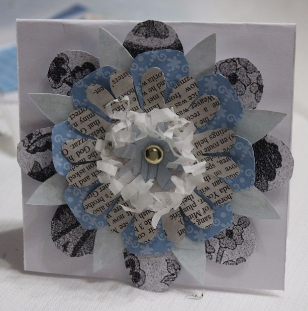 Наконец, клеим или прикалываем цветок туда, где он вам нужен: на открытку, на ежедневник, коллаж