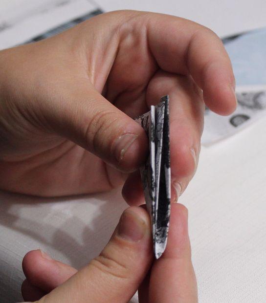 Полученный малый квадрат складываем в треугольник, совмещая друг с другом прежде всего именно сгибы – 2 отдельных и 1 крупный