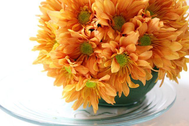 Когда же будете вставлять цветы внизу, обратите внимание, чтобы их стебли были направлены вверх, а сами цветы вниз, иначе, опять-таки, нарушится форма, и ваша «тыква» станет квадратной или цилиндрической