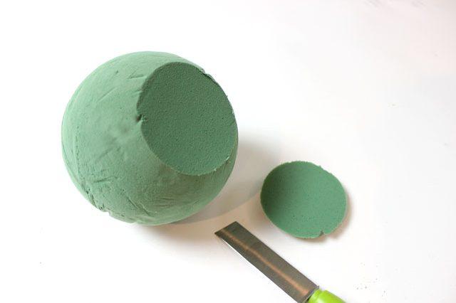 От шара ножом отрезаем снизу круг около 1,3 см в высоту, чтобы получить плоское основание «тыквы» - дабы ваша работа потом не каталась взад-вперед