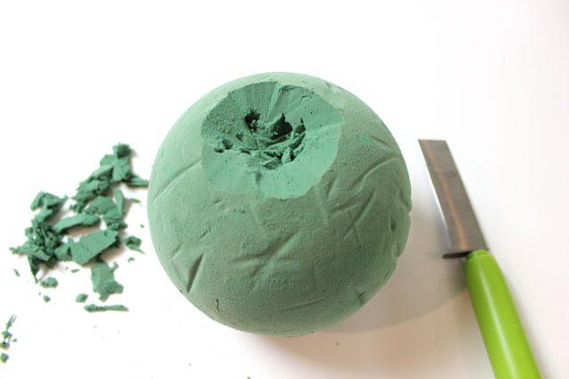 Переворачиваем шар противоположным концом вверх и здесь вырезаем своего рода «кратер», чтобы ваша «тыква» в итоге формой походила на оригинал