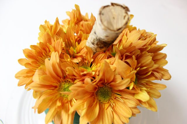 цветы поменьше вставляем в кратер и вокруг него, чтобы сверху хорошо вырисовалась формы тыквы