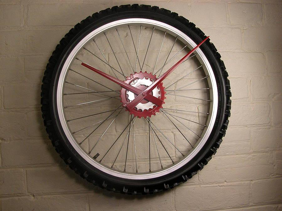 часы из детского велосипедного колеса и часового механизма с шиной