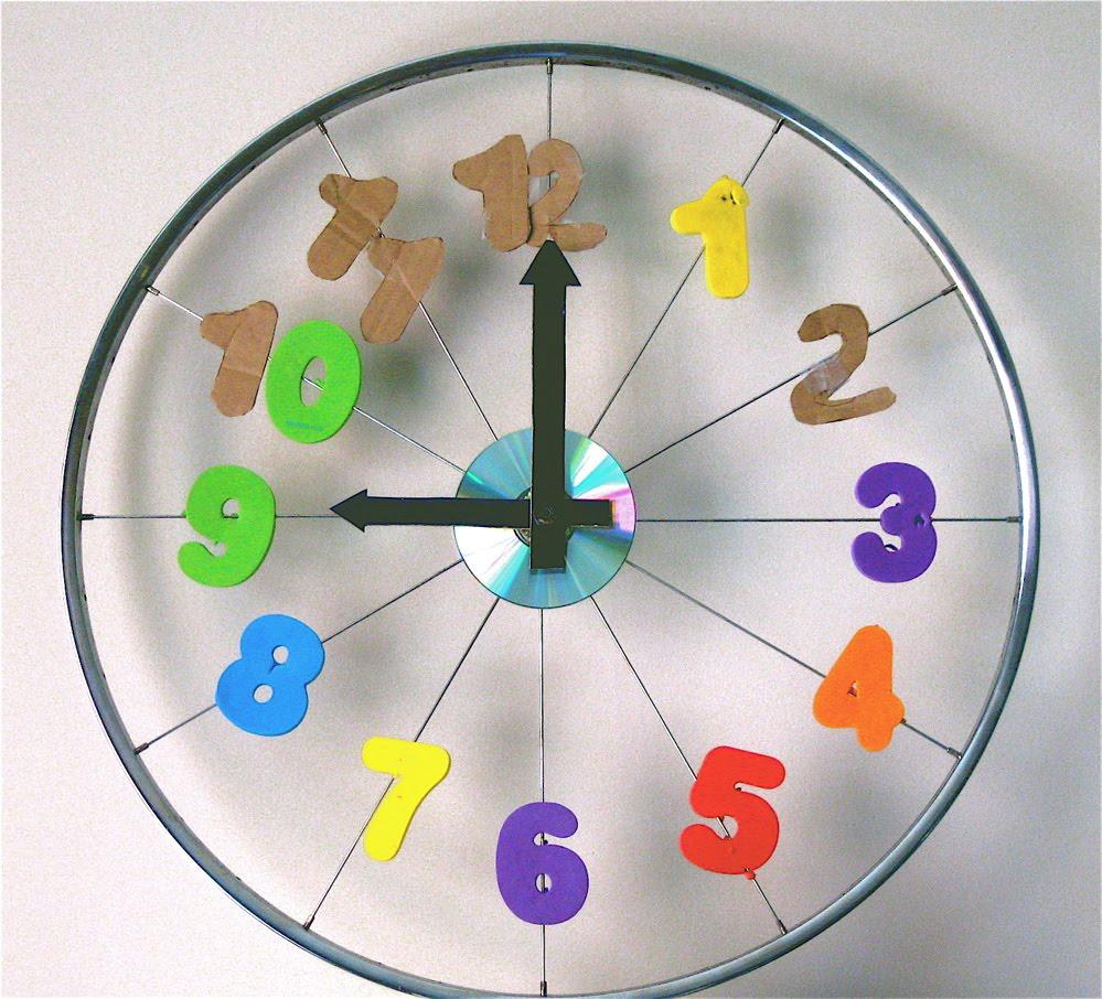 часы из велосипедного колеса и часового механизма для детской комнаты
