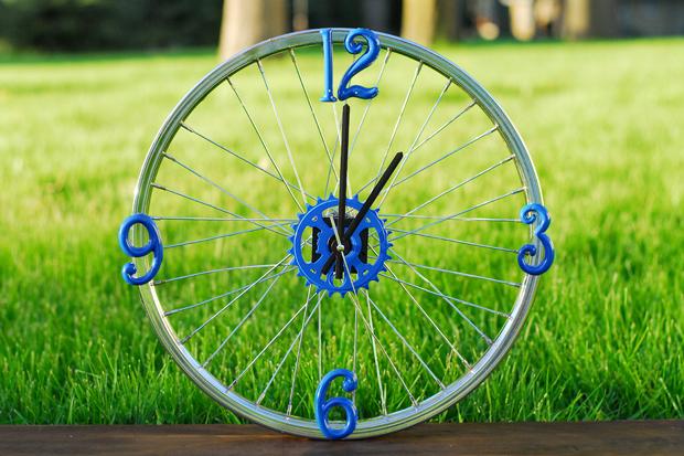 Как сделать часы из старого велосипедного колеса и дешевых китайских часов
