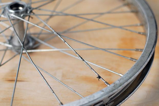 найти ненужный велосипед с более-менее приличным состоянием одного колеса