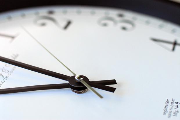 дешевые пластиковые настенные часы (китайские, скорее всего)