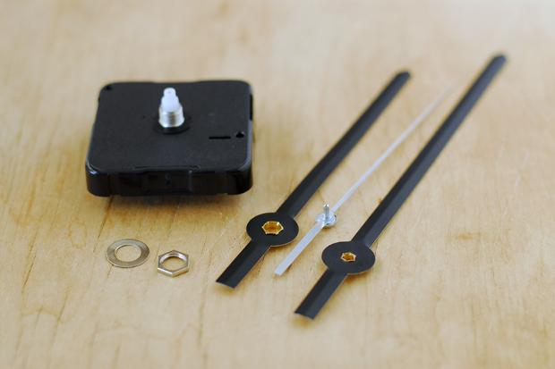 выньте механизм (квадратная коробочка), шайбу, шестигранную гайку и стрелки из этих часов