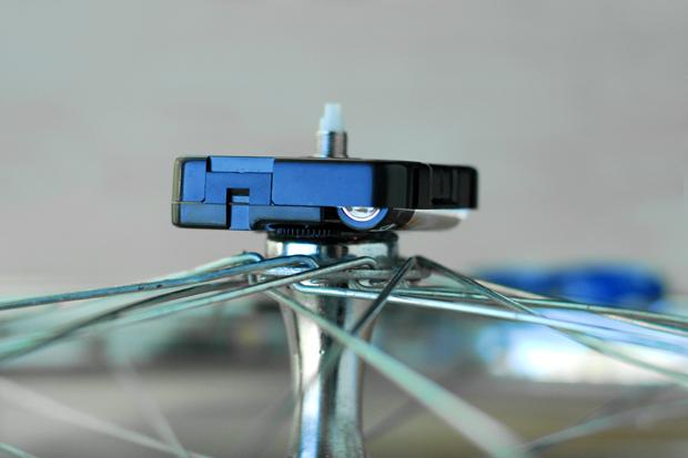 Коробочку клеим суперклеем к втулке в центре колеса