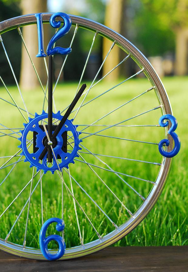 готовые часы из велосипедного колеса и часового механизма