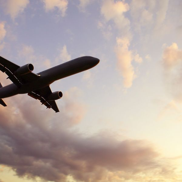 контур самолета в облаках