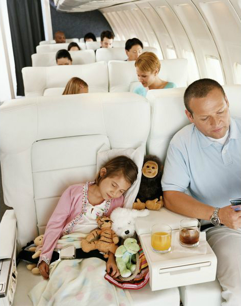 игрушки и дети в самолете