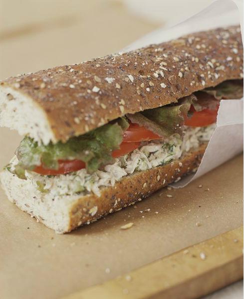 Пахучая еда в самолете - бутерброд с тунцом