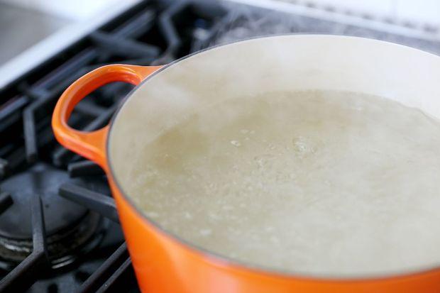 Нагреваем воду в кастрюле до максимальной, самой активной точки кипения – т. е. когда вода уже бурлит бесконтрольным гейзером