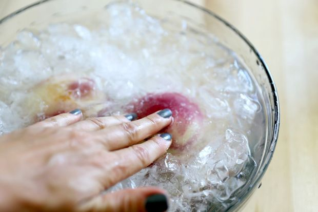Затем быстро, по 1-2 шт. сразу погружаем персики в холодную воду со льдом в миске