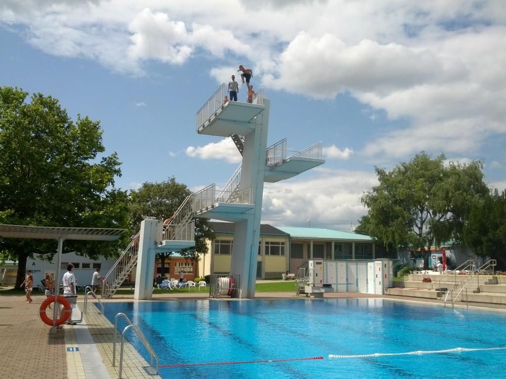 прыжки с вышки в бассейне