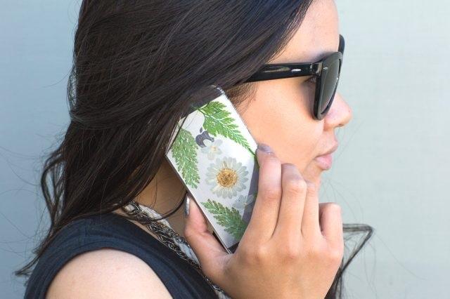 Как украсить чехол для смартфона: декупаж с настоящими засушенными цветами