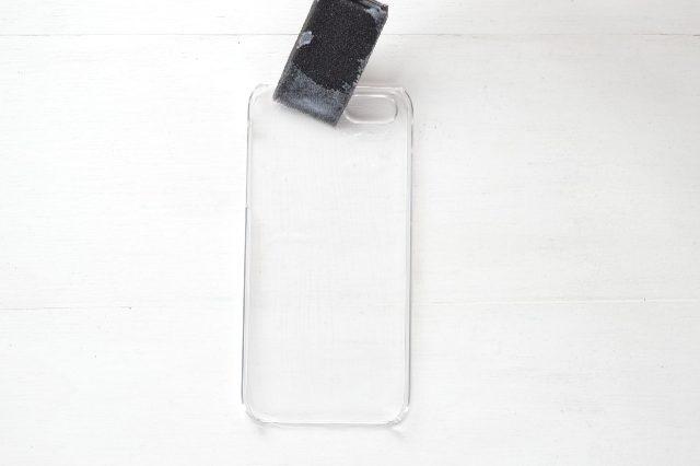 Поролоновой кисточкой наносим ровный слой декупажного состава на всю внутреннюю поверхность чехла для смартфона
