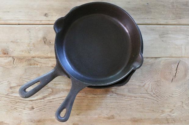 Как гарантированно отчистить ржавую чугунную сковороду с застаревшим нагаром: снимок после