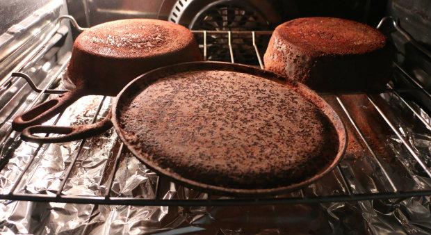 """прокаливание: момент, когда грязная чугунная сковорода уже """"готова"""", дошла"""