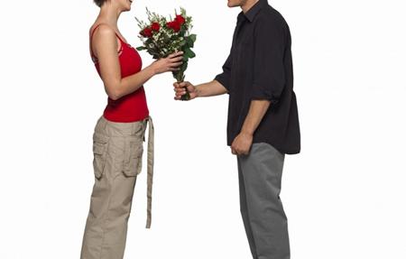 Начните как можно чаще преподносить жене комплименты и милые маленькие подарки