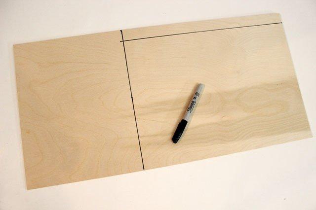 Сделайте по меркам соответствующие пометки на фанере, получая прямоугольник немного меньшего размера, чем сам столик