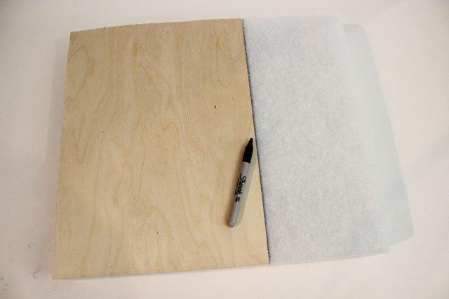 Берем лист поролона и прямо по последнему прямоугольнику из фанеры в качестве шаблона делаем пометки на поролоне сверху, например, черным маркером