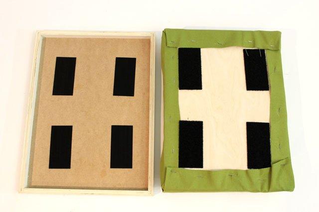 Разделяем части всех 4-х кусков липучки и крепим их перманентным клеем или скобами на свои места внутри рамы, затем нижние части на свои места на фанере на подушке
